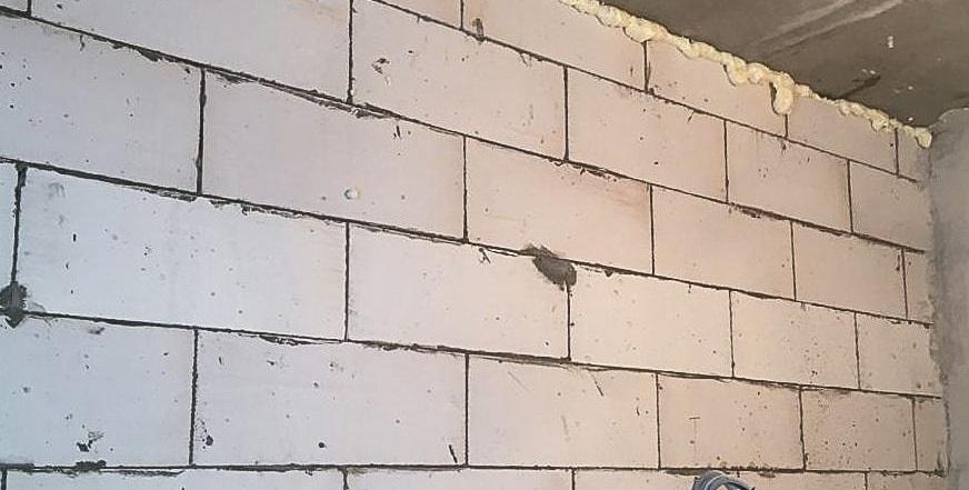 Кладка перегородки из пеноблоков со смещением на 1/2 блока