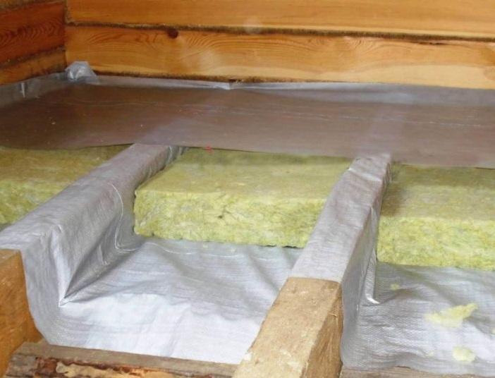Пароизоляция поверх деревянных балок перекрытия