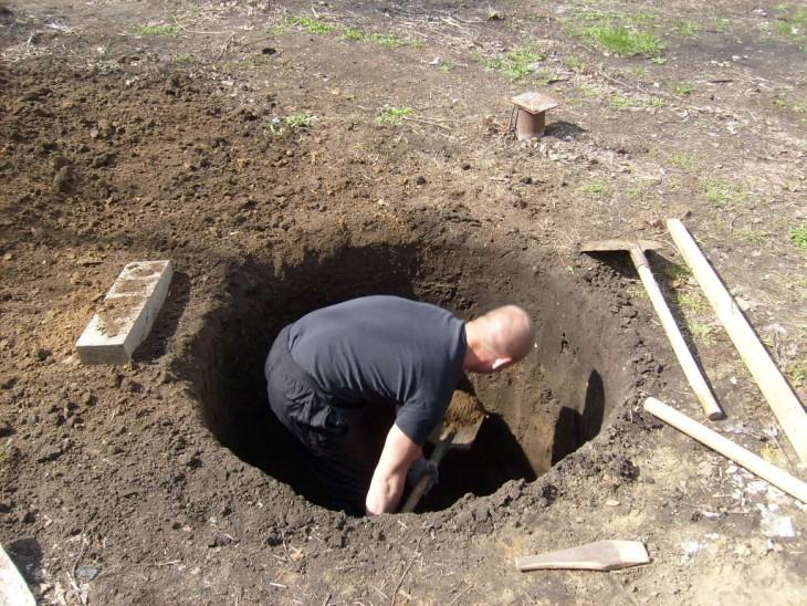 Копать яму для колодца лопатой